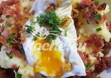 Kartoffelpüree mit Speckwürfelchen, Zwiebelchen pochiertes Ei