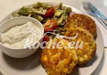 Kaspressknödel mit Salat und Schnittlauchsauce