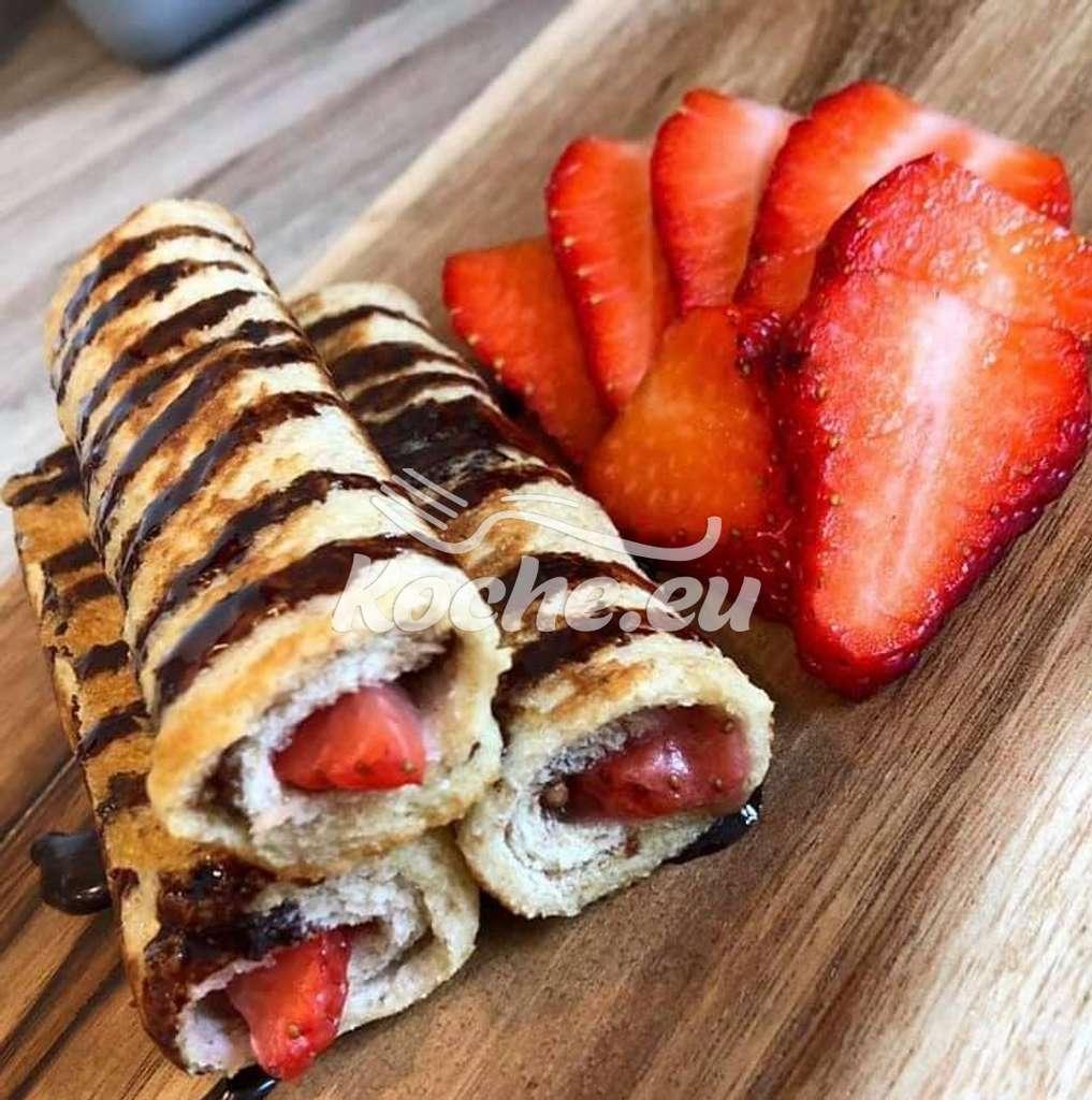 French Toast Röllchen Mit Nutella , Frischkäse und Erdbeeren