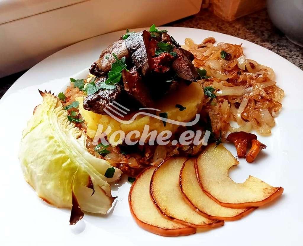 Scharf angebratene Hühnerleber auf buttrigem Kartoffelstampf und Pfifferlings-Sauerkraut, dazu gebackene Kohlspalte